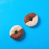 Υπόβαθρο επιδορπίων τροφίμων doughnut στο ζωηρό μπλε BG Στοκ Εικόνες