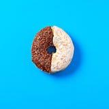 Υπόβαθρο επιδορπίων τροφίμων doughnut στο ζωηρό μπλε BG Στοκ φωτογραφίες με δικαίωμα ελεύθερης χρήσης