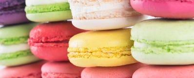 Υπόβαθρο ζωηρόχρωμου, φωτεινός, όμορφος που ευθυγραμμίζεται σε μια σειρά των κέικ μπισκότων Στοκ εικόνες με δικαίωμα ελεύθερης χρήσης