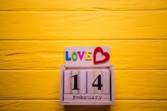 Υπόβαθρο ημέρας βαλεντίνων με στις 14 Φεβρουαρίου και την κόκκινη καρδιά Ημέρα 14 του συνόλου Φεβρουαρίου στο ξύλινο ημερολόγιο Στοκ Εικόνες