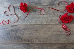 Υπόβαθρο ημέρας βαλεντίνων με τα κόκκινες τριαντάφυλλα και την κορδέλλα Ρύθμιση επιτραπέζιων θέσεων ημέρας βαλεντίνων ` s Στοκ Εικόνα
