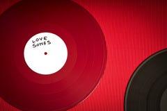 Υπόβαθρο ημέρας βαλεντίνων με το κόκκινο αρχείο LP με τα ερωτικά τραγούδια στο κόκκινο υπόβαθρο στοκ εικόνες
