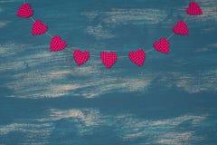 Υπόβαθρο ημέρας βαλεντίνων ` s με τη διακοσμητική γιρλάντα σύνθεσης στο χρωματισμένο ξύλινο υπόβαθρο Στοκ εικόνα με δικαίωμα ελεύθερης χρήσης