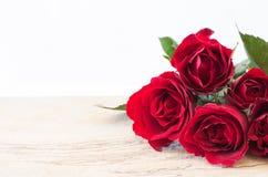 Υπόβαθρο ημέρας βαλεντίνου με τα κόκκινα τριαντάφυλλα Στοκ Φωτογραφίες