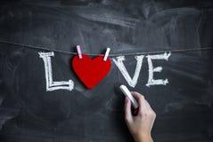 Υπόβαθρο ημέρας βαλεντίνου με τις καρδιές στον πίνακα κιμωλίας Στοκ Εικόνες