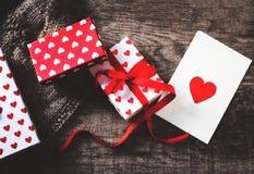 Υπόβαθρο ημέρας βαλεντίνων με τα κιβώτια δώρων και τις καρδιές, κενό whi Στοκ φωτογραφίες με δικαίωμα ελεύθερης χρήσης