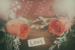 Υπόβαθρο ημέρας βαλεντίνων με την καρδιά και τριαντάφυλλα στο ξύλο backgroun Στοκ Εικόνα