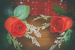 Υπόβαθρο ημέρας βαλεντίνων με την καρδιά και τριαντάφυλλα στο ξύλο backgroun Στοκ Εικόνες