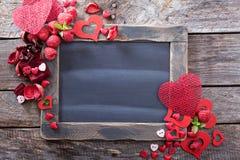 Υπόβαθρο ημέρας βαλεντίνων με τον πίνακα κιμωλίας στοκ φωτογραφία με δικαίωμα ελεύθερης χρήσης