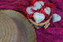 Υπόβαθρο ημέρας βαλεντίνων με το καλάθι της αγάπης άνδρας αγάπης φιλιών έννοιας στη γυναίκα Στοκ φωτογραφία με δικαίωμα ελεύθερης χρήσης