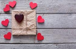 Υπόβαθρο ημέρας βαλεντίνων, χειροποίητες καρδιές στο ξύλο Στοκ φωτογραφίες με δικαίωμα ελεύθερης χρήσης