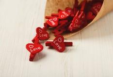 Υπόβαθρο ημέρας εραστών με τα κόκκινα clothespins στην κορνέτα τεχνών Στοκ φωτογραφίες με δικαίωμα ελεύθερης χρήσης
