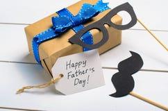 Υπόβαθρο ημέρας πατέρα, Mustache και κιβώτιο δώρων στοκ εικόνα με δικαίωμα ελεύθερης χρήσης