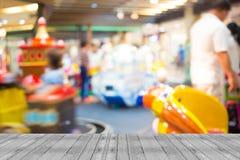 Υπόβαθρο θαμπάδων καταστημάτων μηχανών παιχνιδιών Arcade με την εικόνα bokeh Στοκ Φωτογραφία