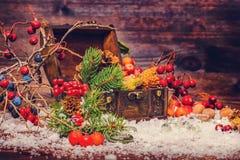 Υπόβαθρο διακοπών ημέρας των ευχαριστιών με τον ανοιγμένο θωρακικό θησαυρό, appl Στοκ φωτογραφίες με δικαίωμα ελεύθερης χρήσης