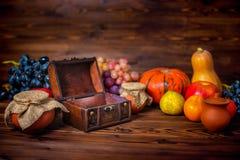 Υπόβαθρο διακοπών ημέρας των ευχαριστιών με τον ανοιγμένο θωρακικό θησαυρό, appl Στοκ φωτογραφία με δικαίωμα ελεύθερης χρήσης
