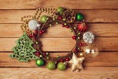 Υπόβαθρο διακοπών Χριστουγέννων με το στεφάνι και τις διακοσμήσεις Χριστουγέννων Στοκ φωτογραφία με δικαίωμα ελεύθερης χρήσης