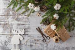 Υπόβαθρο διακοσμήσεων Χριστουγέννων: Κλάδοι πεύκων και ελαιόπρινου, handma Στοκ Φωτογραφία