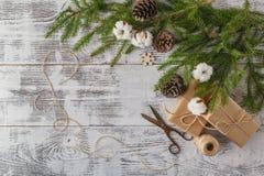 Υπόβαθρο διακοσμήσεων Χριστουγέννων: Κλάδοι πεύκων και ελαιόπρινου, handma Στοκ Εικόνες