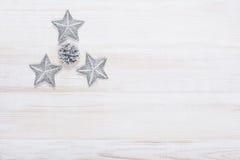 Υπόβαθρο διακοσμήσεων Χριστουγέννων πέρα από τον άσπρο ξύλινο πίνακα Στοκ εικόνες με δικαίωμα ελεύθερης χρήσης