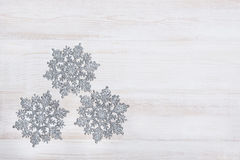 Υπόβαθρο διακοσμήσεων Χριστουγέννων πέρα από τον άσπρο ξύλινο πίνακα Στοκ φωτογραφία με δικαίωμα ελεύθερης χρήσης