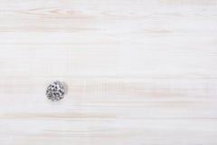 Υπόβαθρο διακοσμήσεων Χριστουγέννων πέρα από τον άσπρο ξύλινο πίνακα Στοκ Εικόνες