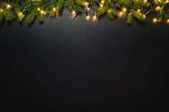 Υπόβαθρο διακοσμήσεων Χριστουγέννων πέρα από το μαύρο πίνακα κιμωλίας στοκ εικόνα με δικαίωμα ελεύθερης χρήσης