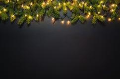 Υπόβαθρο διακοσμήσεων Χριστουγέννων πέρα από το μαύρο πίνακα κιμωλίας στοκ φωτογραφίες με δικαίωμα ελεύθερης χρήσης