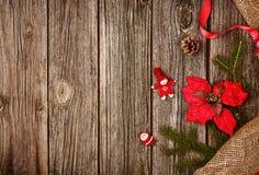 Υπόβαθρο διακοσμήσεων Χριστουγέννων πέρα από το ξύλινο ύφασμα πινάκων και λινού Στοκ εικόνες με δικαίωμα ελεύθερης χρήσης