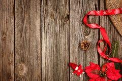 Υπόβαθρο διακοσμήσεων Χριστουγέννων πέρα από το ξύλινο ύφασμα πινάκων και λινού Στοκ φωτογραφία με δικαίωμα ελεύθερης χρήσης