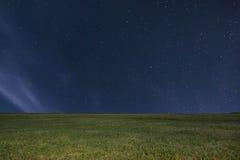 Υπόβαθρο λιβαδιών νύχτας νυχτερινός ουρανός έναστρ αστέρια νυχτερινού ουρα&nu Στοκ Φωτογραφία