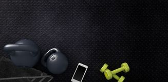 Υπόβαθρο ικανότητας με τα kettlebells και το smartphone απεικόνιση αποθεμάτων