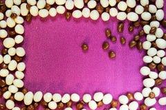 Υπόβαθρο καραμελών, άσπρες γλυκές σταφίδες πετρών χαλικιών glazein η μορφή ενός πλαισίου Στοκ Εικόνες