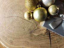 Υπόβαθρο καρτών Χριστουγέννων με τις διακοσμήσεις στον ξύλινο πίνακα στοκ φωτογραφία με δικαίωμα ελεύθερης χρήσης