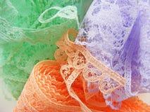 Υπόβαθρο κεντητικής κορδελλών, ζωηρόχρωμη δαντέλλα σε πράσινο, lilas, βιολέτα, πορτοκάλι Στοκ φωτογραφία με δικαίωμα ελεύθερης χρήσης