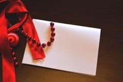 Υπόβαθρο, κενό έγγραφο και κόκκινες διακοσμήσεις Στοκ Φωτογραφία