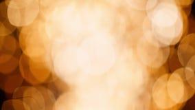 Υπόβαθρο κινήσεων των θολωμένων φω'των πυροτεχνημάτων βροχής κύκλων bokeh χρυσών κατά τη διάρκεια των νέων διακοπών έτους απόθεμα βίντεο