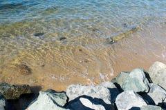 Υπόβαθρο-κύματα που πλησιάζουν τη δύσκολη παραλία Στοκ Φωτογραφία