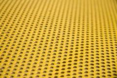 Υπόβαθρο μετάλλων με τους κύκλους, κίτρινος τόνος, μεγάλος για το σχέδιό σας στοκ εικόνα