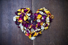 Υπόβαθρο με μια καρδιά των ροδαλών πετάλων για την ημέρα του βαλεντίνου Στοκ φωτογραφία με δικαίωμα ελεύθερης χρήσης