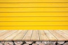 Υπόβαθρο με ξύλινο tabletop γεφυρών και τον ξύλινο κίτρινο τοίχο Στοκ φωτογραφία με δικαίωμα ελεύθερης χρήσης