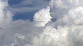 Υπόβαθρο με τα άσπρα σύννεφα απόθεμα βίντεο