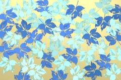 Υπόβαθρο με τα γαλαζωπά φύλλα πέρα από το φωτεινό υπόβαθρο Στοκ εικόνες με δικαίωμα ελεύθερης χρήσης