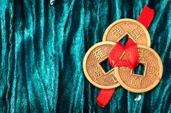 Υπόβαθρο με τα κινεζικά τυχερά νομίσματα Στοκ εικόνα με δικαίωμα ελεύθερης χρήσης