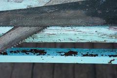 Υπόβαθρο με τα παλαιά πριόνια στους μπλε ξύλινους πίνακες στοκ φωτογραφία με δικαίωμα ελεύθερης χρήσης