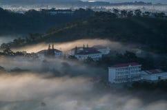 Υπόβαθρο με τα πυκνά αγροκτήματα κάλυψης ομίχλης και δάσος στο μέρος 2 αυγής στοκ φωτογραφία