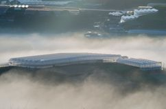 Υπόβαθρο με τα πυκνά αγροκτήματα κάλυψης ομίχλης και δάσος στο μέρος 3 αυγής στοκ φωτογραφίες με δικαίωμα ελεύθερης χρήσης