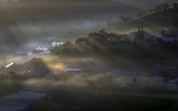 Υπόβαθρο με τα πυκνά αγροκτήματα κάλυψης ομίχλης και δάσος στο μέρος 7 αυγής στοκ εικόνες με δικαίωμα ελεύθερης χρήσης
