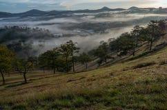 Υπόβαθρο με τα πυκνά αγροκτήματα κάλυψης ομίχλης και δάσος στο μέρος 9 αυγής στοκ φωτογραφία με δικαίωμα ελεύθερης χρήσης