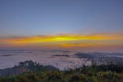 Υπόβαθρο με τα πυκνά αγροκτήματα κάλυψης ομίχλης και δάσος στο μέρος 17 αυγής στοκ φωτογραφίες
